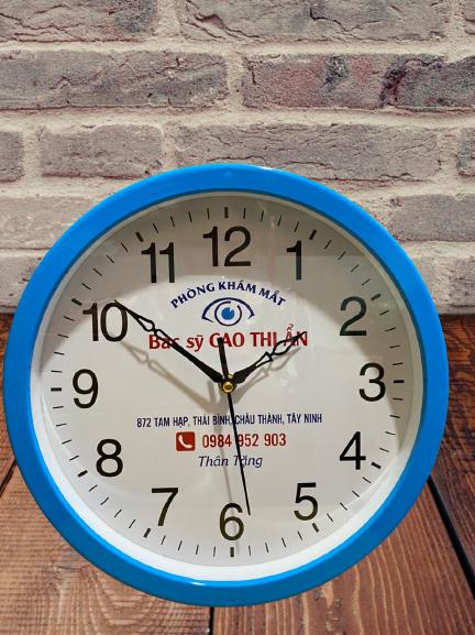 Đồng hồ quà tặng vỏ nhựa: Đây chính là một loại đồng hồ có rất nhiều các kiểu dáng khác nhau rất độc đáo và dễ dàng in ấn cũng như thiết kế, đặc biệt có giá thành rất phải chăng. Đồng hồ pha lê quà tặng: Đây chính là một loại đồng hồ có kiểu dáng rất sang trọng cùng với chất liệu cao cấp. Đồng hồ quà tặng để bàn: Dòng đồng hồ này cũng được rất nhiều khách hàng lựa chọn bởi nó có tính ứng dụng rất cao.