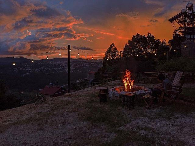 Khác với các quán kể trên, quán Cà Phê Đen lại được nhiều người yêu thích khi đến đây lúc mặt trời đã xuống núi. Khoảng sân đất rộng thường dùng để đốt lửa, nướng thức ăn. Các vị khách phương xa còn có dịp ngồi lại quây quần bên nhau để trò chuyện, hoặc chỉ đơn giản là chia sẻ khoảnh khắc đẹp dưới bầu trời đêm tĩnh mịch se lạnh của Đà Lạt. Bạn có thể đến quán từ lúc chạng vạng tối để chiêm ngưỡng bầu trời nhuộm sắc hồng của hoàng hôn rồi dần chuyển màu xanh tím của buổi đêm vô cùng lãng mạn.