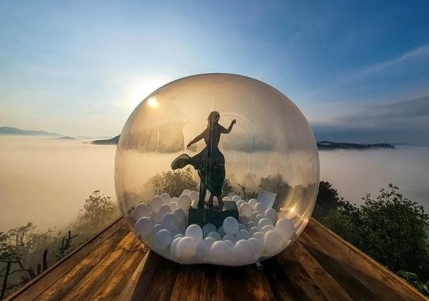 Dasar Hill với quả bóng khổng lồ là địa điểm săn mây thu hút giới trẻ hiện nay. (Ảnh: Internet)